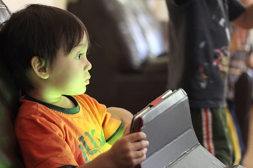 Používání smartphonů zpomaluje vývoj řeči a zkracuje spánek malých dětí