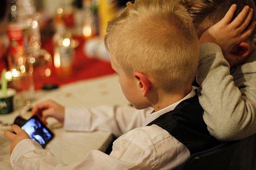 Dětem, které zlobily, zakážeme mobily?