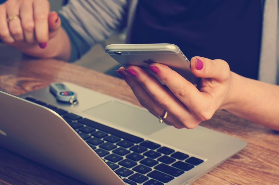 Jsem workoholik a k tomu závislý na informačních technologiích?