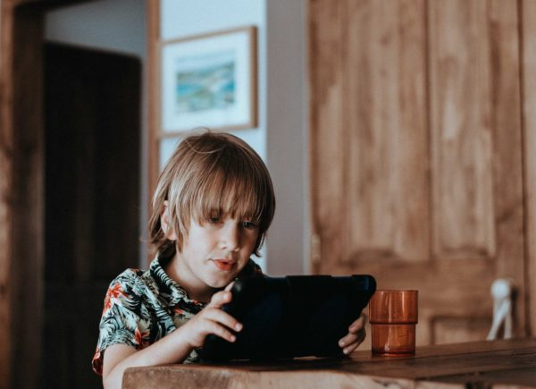 Kdy dát dítěti poprvé mobil a jaká pravidla si s ním nastavit?